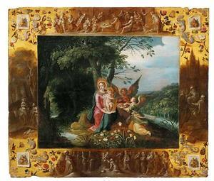 Maria met kind en twee engelen in een boslandschap met een decoratieve omlijsting met scènes uit het leven van Christus en de vier evangelisten