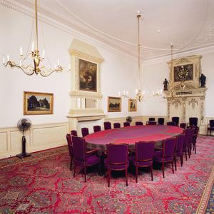 Kamer met 19de eeuwse schoorsteen en 18de eeuws decoratief uurwerk