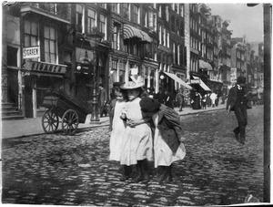 Drie kinderen op straat in Amsterdam