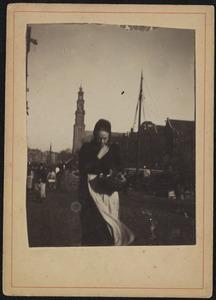 Passante op de Prinsengracht te Amsterdam
