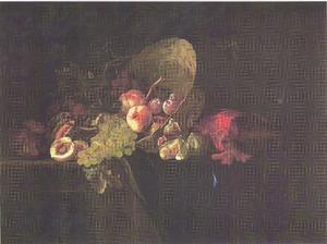 Vruchten in en rond een omgekeerde rieten mand op een deels gedekte tafel