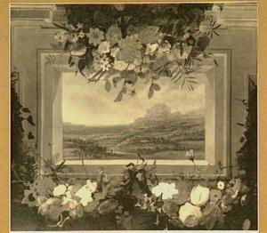 Doorkijk naar een bergachtig landschap omringd door guirlandes van bloemen