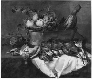 Stilleven van groenten, fruit en gevogelte in en rondom een koperen teil