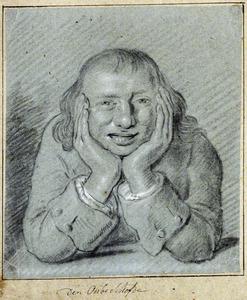 Grijnzende zittende man, zijn hoofd op zijn handen leunend