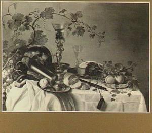 Stilleven met siervaatwerk, vruchten en een pastei op een tafel