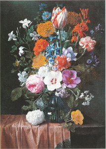 Bloemen in een glazen vaas op een stenen plint met een rood kleed