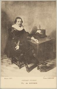 Portret van een man, gezeten aan een tafel in een interieur