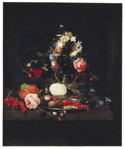 Stilleven met bloemen en vruchten bij een roemer en een wijnglas, voor een nis