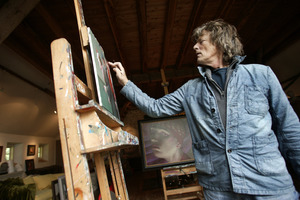 Kenne Grégoire aan het werk in zijn atelier