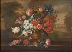 Bloemstilleven in een vaas op een balustrade in een landschap