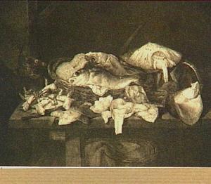 Visstilleven met kabeljauw en moot zalm in mand; op de voorgrond rog, schol, krab en moten vis; op de achtergrond weegschaal en vishaak