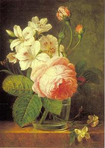 Bos bloemen in een glazen vaas