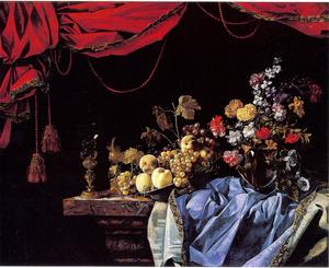 Stilleven met een schaal vruchten, een vaas bloemen en een bekerschroef op een marmeren tafel met een blauw tafelkleed