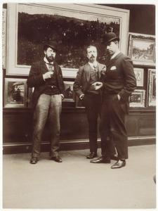 G.H. Breitner, J.S.H. Kever en N. Bastert in een schilderijenzaal, vermoedelijk bij Arti et Amicitiae