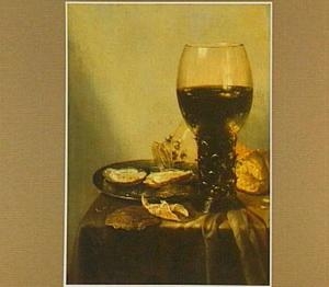Stilleven met een roemer, brood, oesters op een tinnen schotel, peper en een omgevallen glas