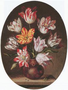 Tulpen in een vaas met een rups en een sprinkhaan op een stenen tafel
