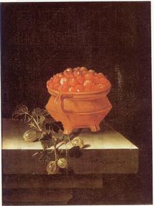 Stilleven met een kom met aardbeien en een takje met kruisbessen