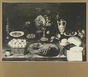 Stilleven van vruchten, vaatwerk, kreeft en brood; links een papegaai
