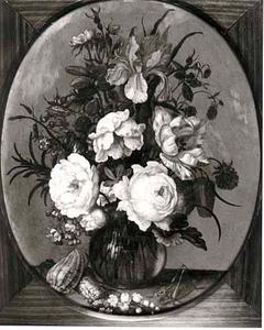 Bloemen in een glazen vaas, schelpen en een sprinkhaan