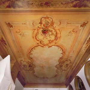 Plafondschildering met ornamenten en bloemen