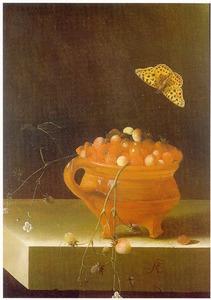Stilleven met pot met aardbeien en een vlinder