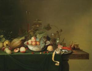Vruchtenstilleven met een porseleinen kom, een roemer en een gekookte langoest