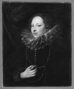 Portret van een vrouw met gouden ketting