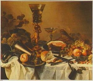Stilleven met bekerschroef, een aangesneden ham op een bord en een schaal met vruchten