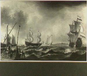 Zeeuws en Hollands schip op de rede van onbekende stad met links op de voorgrond vissers op een kade