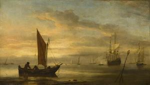 Weyschuit aan het strand bij zonsondergang; rechts op de achtergrond een driemaster en een galjoot
