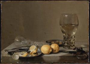 Stilleven met roemer, citroenen, olijven en omgevallen glas