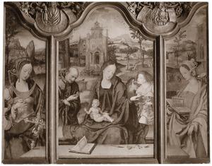 De H. Catharina (binnenzijde links), de H. Familie met engel (midden), de H. Barbara (binnenzijde rechts)