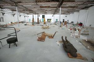 Mark Manders in zijn atelier