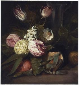 Tuiltje bloemen liggend op een boek