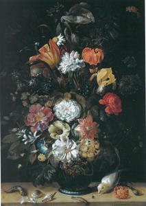 Boeket bloemen in een vaas met dieren