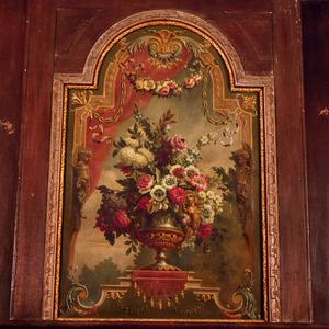 Bloemstilleven omgeven door ornamenten
