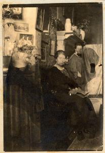 Atelier van Ans van den Berg (1873-1942) met Ans van den Berg en Coba Surie