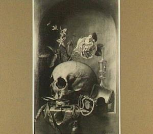 Vanitasstilleven van een schedel, een vaasje met bloemen een kandelaar, een juwelenkistje en een horloge in een nis
