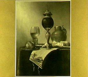 Stilleven met muziekboek, fluit en gepolijste kokosnoot op gedreven zilveren voet
