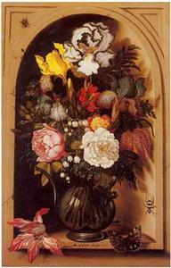 Glazen kan met bloemen in een nis