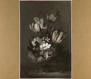 Stilleven met bloemen in vaas; insekten op de voorgrond