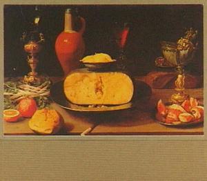 Stilleven met roemer op bekerschroef, kruik, wijnglas, kaas, groente, brood en een nautiliusbeker