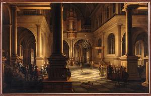 Kerinterieur bij avond met kerkbezoekers