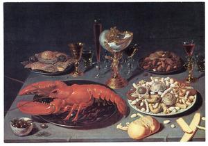 Stilleven met een kreeft, zoetwaren en drinkgerei, waaronder een nautilusbeker