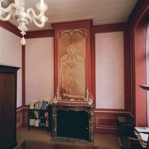 Schoorsteenbetimmering in rococo-stijl met chinoiserie-voorstelling tegen de boezem
