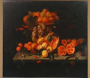 Stilleven met vruchten in en rondom een rieten mand op een tafel