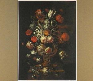 Bloemstilleven met rozen en narcissen in een tuinvaas
