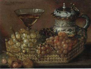 Faience kruik met wijnglas en druivenmand