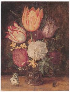 Bloemen in een glazen beker met braamnoppen, vlinder en vlieg, op een plint