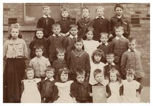 Portret van een groep kinderen uit Grimsby met Eva Mary Donkersloot (1888-...)